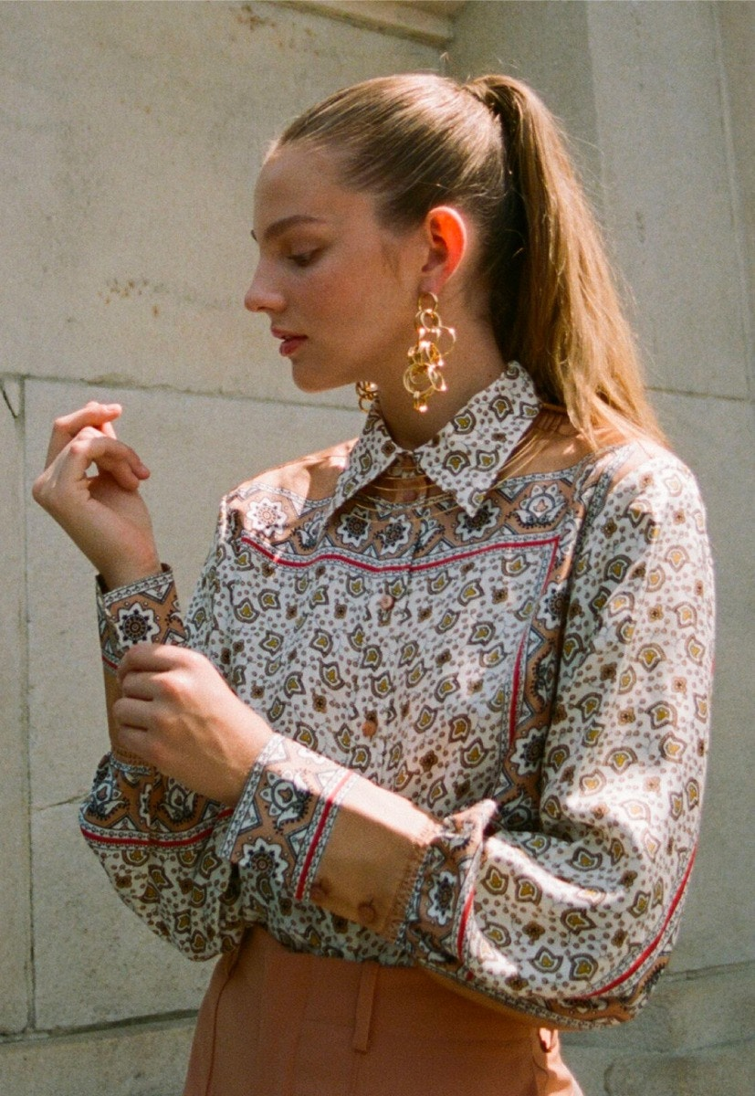 CHLOÉ Floral Paisley Print Shirt – CHLOÉ Earrings – CHLOÉ Tailored Shorts – THE ROW Tango Sandals