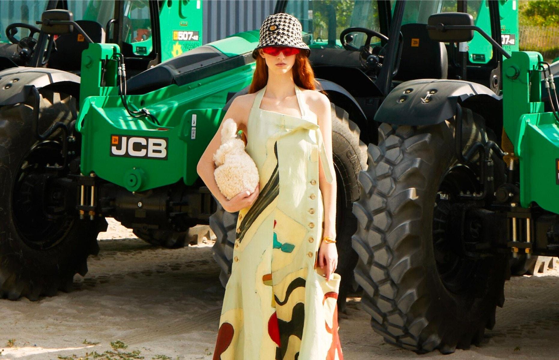 JACQUEMUS Dress – GUCCI Hat – BALENCIAGA Sunglasses STAUD Bag